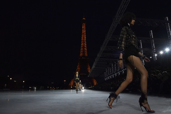 Con gái Cindy Crawford trình diễn bên tháp Eiffel - 11