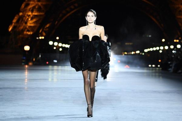 Cô con gái 16 tuổi của siêu mẫu Cindy Crawford - Kaia Gerber lần đầu trình diễn trong show này