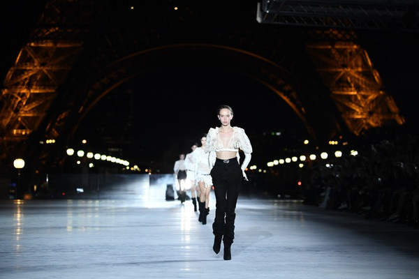 Con gái Cindy Crawford trình diễn bên tháp Eiffel - 8