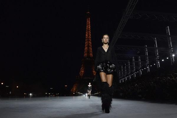 Con gái Cindy Crawford trình diễn bên tháp Eiffel - 9
