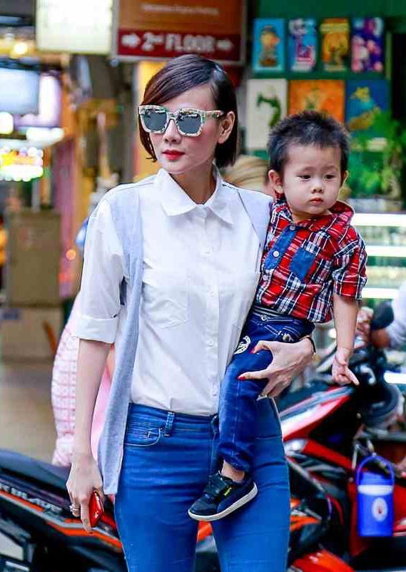 Nữ diễn viên chăm sóc cho con trai. Bé Nam hiện nay đã được 4 tuổi