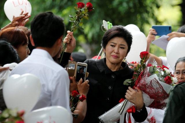 Bà Yingluck xúc động khi được tăng hoa trước phiên tòa cuối cùng
