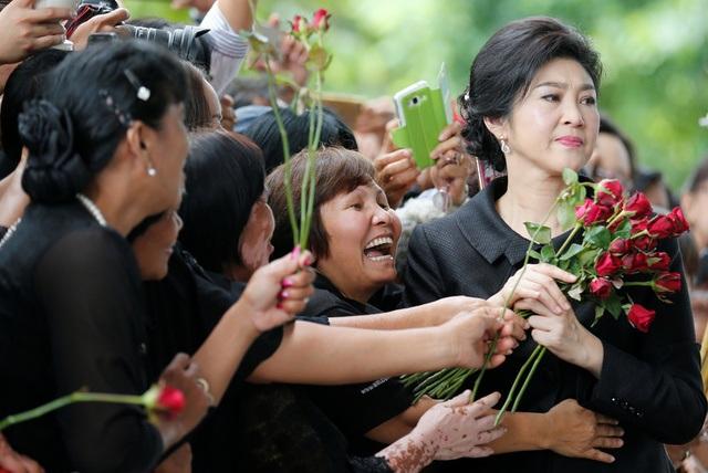 Cựu thủ tướng Thái Lan Yingluck bật khóc vì được tặng hoa trước phiên xét xử - 6