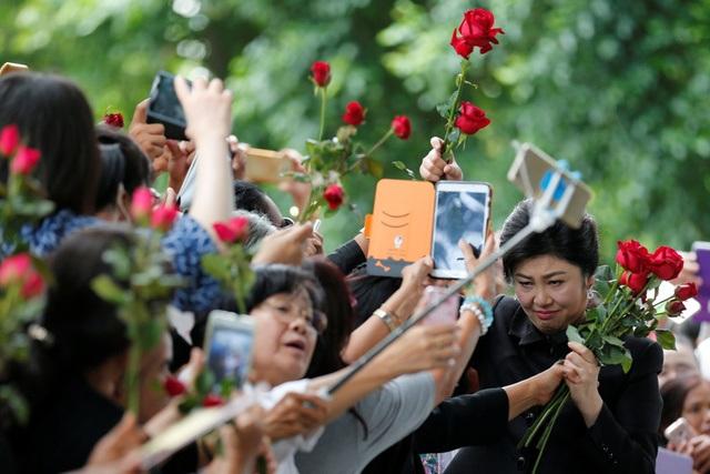 Cựu thủ tướng Thái Lan Yingluck bật khóc vì được tặng hoa trước phiên xét xử - 5