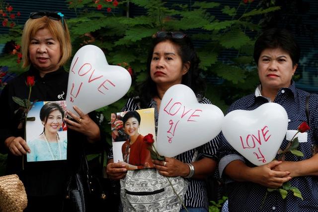 Cựu thủ tướng Thái Lan Yingluck bật khóc vì được tặng hoa trước phiên xét xử - 9