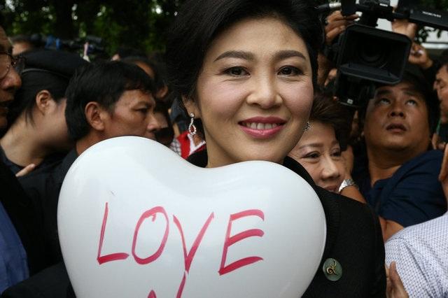 Cựu thủ tướng Thái Lan Yingluck bật khóc vì được tặng hoa trước phiên xét xử - 10