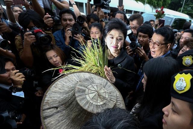 Người ủng hộ mang những bông lúa để tặng bà Yingluck