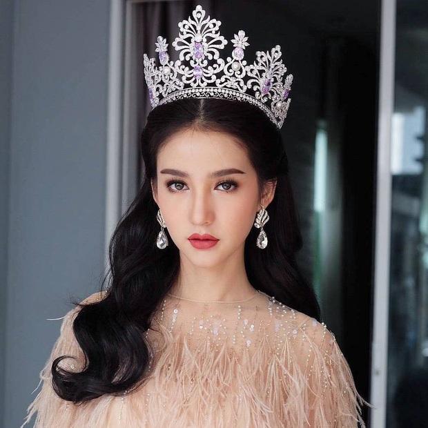 Yoshi Rinrada Thurapan đăng quang tại cuộc thi Hoa hậu chuyển giới Thái Lan năm 2017, ngày 25/8 vừa rồi.