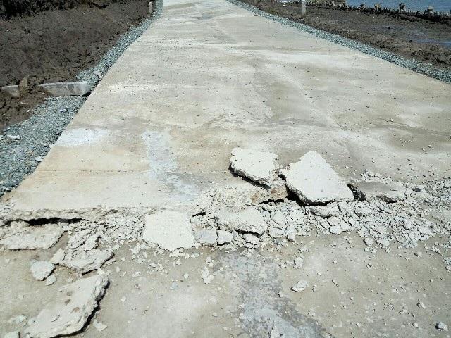 Một số chỗ bị hư hỏng mặt đường.