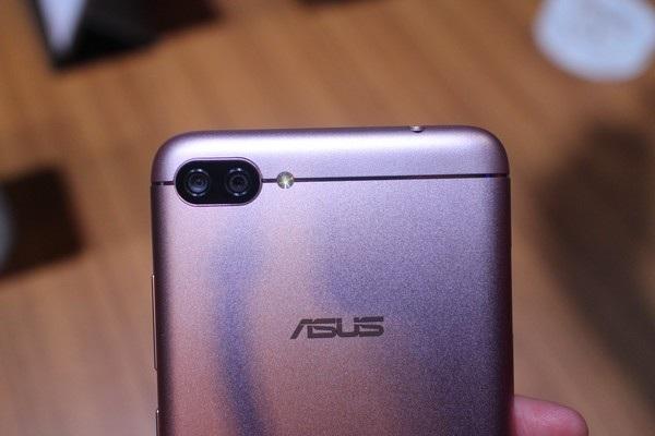 Cận cảnh cụm camera kép, với 2 ống kính 16 megapixel, góc chụp rộng 120 độ trên Zenfone 4 Max Pro