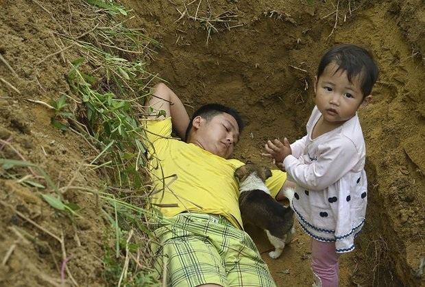 Bố đưa con gái ốm nặng ra huyệt mộ hàng ngày để khi qua đời con không sợ hãi - 1