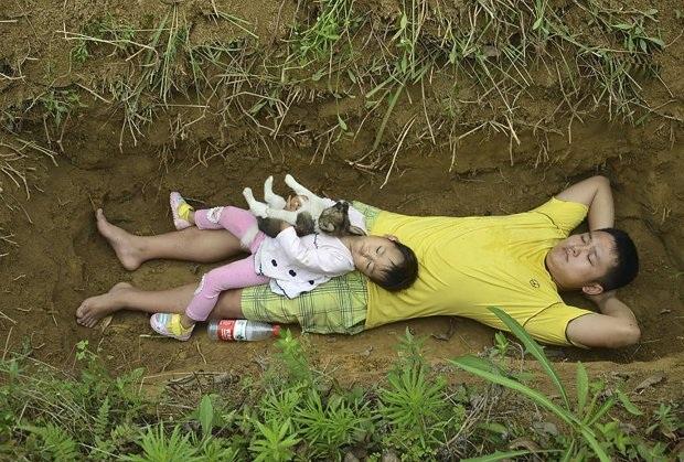 Bố đưa con gái ốm nặng ra huyệt mộ hàng ngày để khi qua đời con không sợ hãi - 2