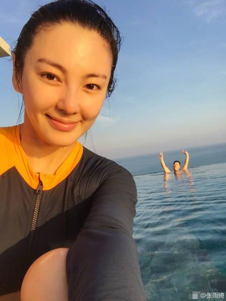 Nữ diễn viên họ Trương chủ động khoe ảnh hai vợ chồng trên trang cá nhân để nói với fan rằng, cô đang sống rất hạnh phúc.