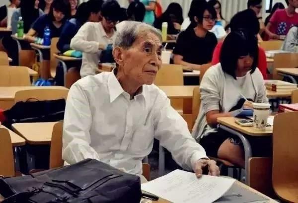 Cụ Zhao Muhe trong lớp học. (Ảnh: China Youth Online)