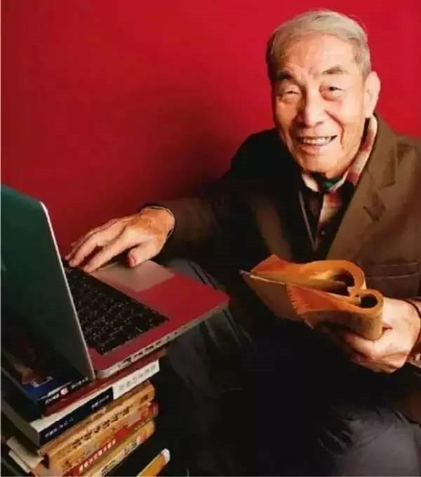 Ở tuổi 105, cụ Zhao Muhe bắt đầu học cách sử dụng máy vi tính. (Ảnh: China Youth Online)