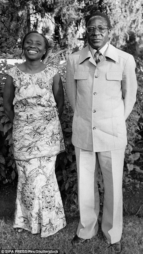 Tổng thống Robert Mugabe và bà Sally Hayfron (Ảnh: Rex)