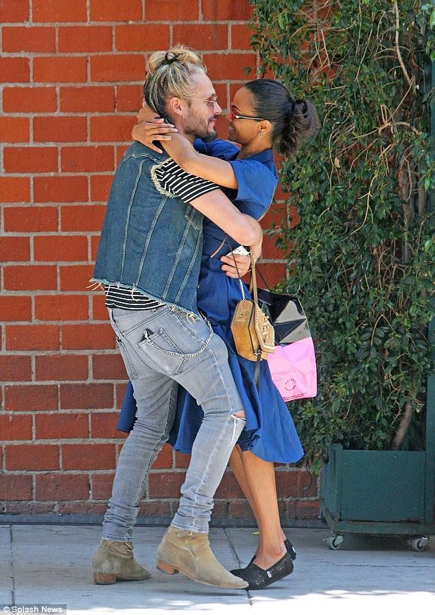 Khoảnh khắc ngọt ngào của Zoe Saldana và chồng Marco Perego trên đường phố Los Angeles ngày 23/6 vừa qua