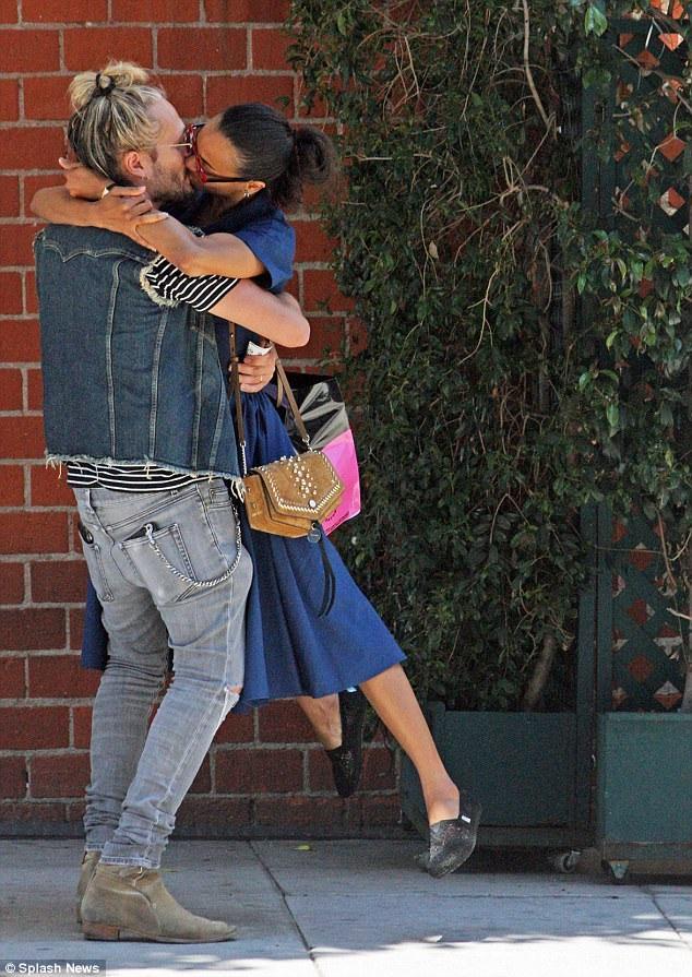 Nữ diễn viên 39 tuổi say đắm hôn chồng khi hai người rời 1 nhà hàng sau bữa trưa