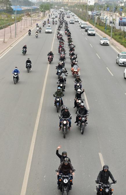 ... lần lượt qua các tuyến phố Đào Tấn, Võ Chí Công, cầu Đông Trù, Nguyễn Văn Cừ, Yên Phụ, Thanh Niên, Thụy Khê, Văn Cao.