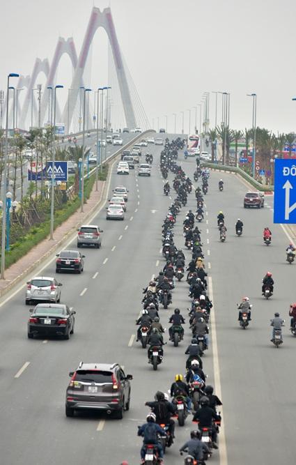 Đoàn diễu hành hướng lên cầu Nhật Tân...