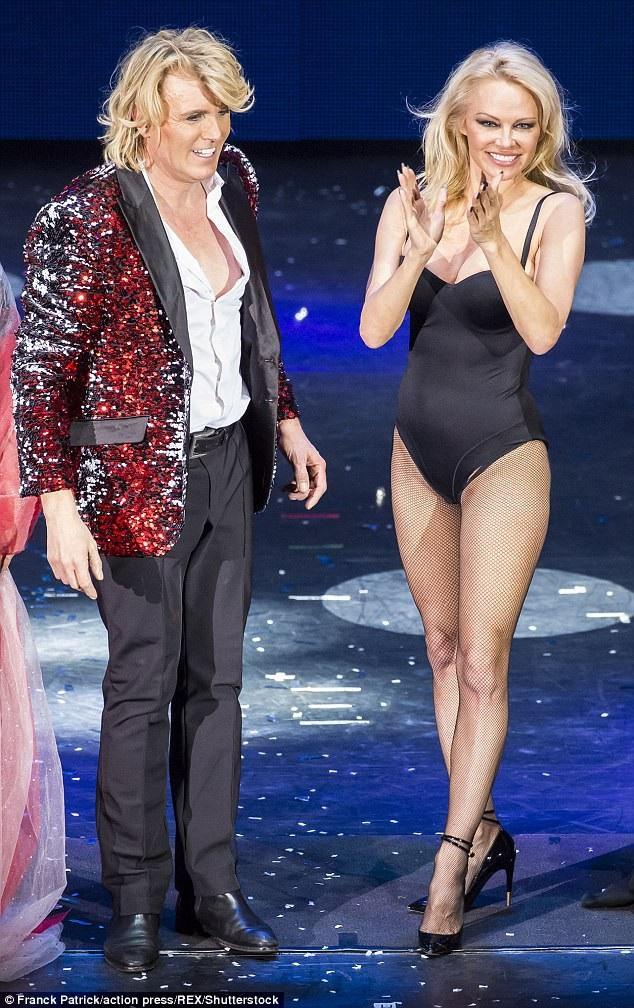 Nữ diễn viên Pamela Anderson bất ngờ xuất hiện trong show diễn của ảo thuật gia danh tiếng Hans Klok tổ chức tại Hamburg, Đức ngày 15/1 vừa qua