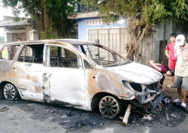 Vụ hỗn chiến kinh hoàng rồi phóng hỏa đốt xe, giữa 2 nhóm thanh niên khoảng 30 người xảy ra ở huyện Tuy Phước (tỉnh Bình Định) gây chấn động làng quê.