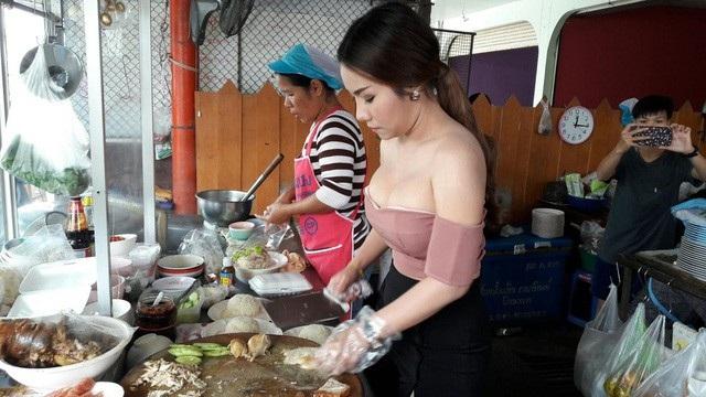 Nữ chủ quán cơm gà ăn mặc sexy từng khiến dư luận Thái Lan xôn xao cách đây không lâu