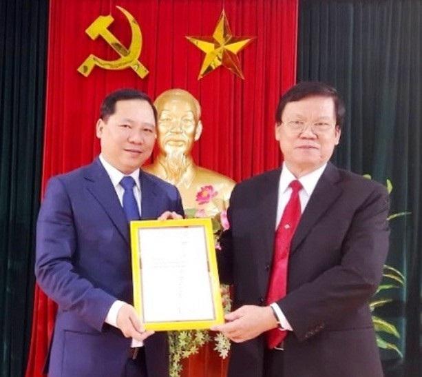 Ông Nguyễn Phi Long (trái) nhận quyết định phân công nhiệm vụ mới tại tỉnh Bình Định.
