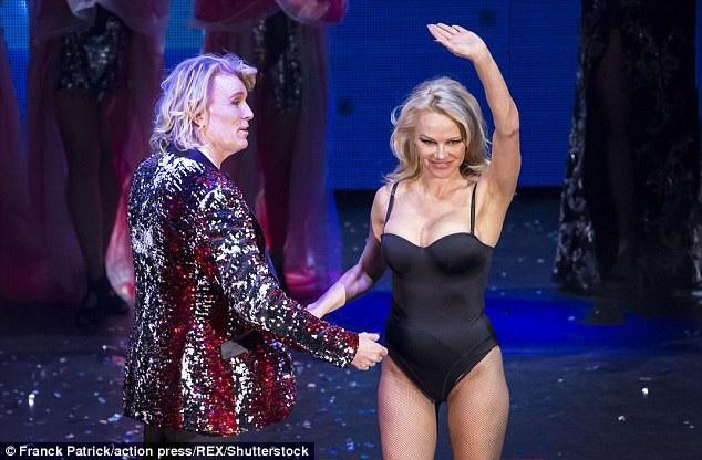 Quả bom sex đình đám Hollywood đảm nhiệm vai trò trợ lý trên sân khấu cho ảo thuật gia này
