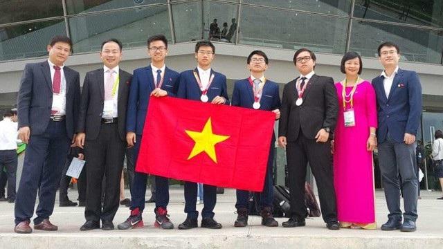 Đinh Quang Hiếu (giữa) mong ước tương lai sẽ thành một nhà nghiên cứu về hóa học để xây dựng cộng đồng tốt đẹp hơn.
