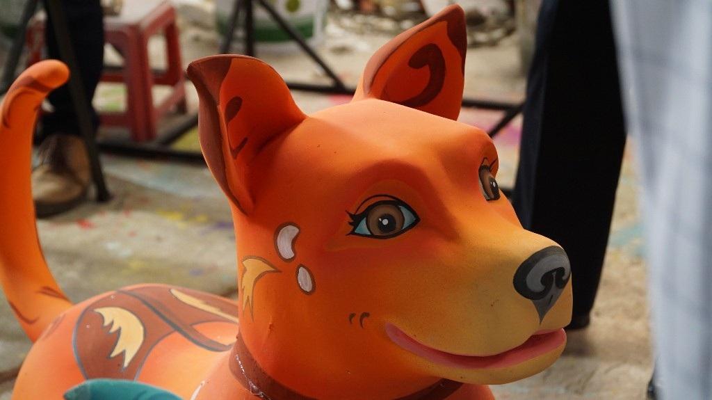 Cụm linh vật bên tay trái cổng Đường hoa được khắc họa lấy cảm hứng từ chú chó Phú Quốc. Các chú chó đều trong tư thế đang chuyển động, đầu ngẩng cao, dáng chạy dũng mãnh.