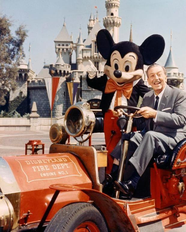 Người sáng lập ra hãng phim hồi năm 1923 - ông Walt Disney (1901-1966)