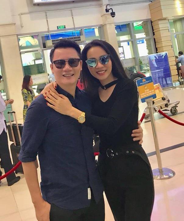 Vợ chồng ca sĩ Hoàng Bách đã chuẩn bị lên đường sang Trung Quốc cổ vũ cho U23 Việt Nam.