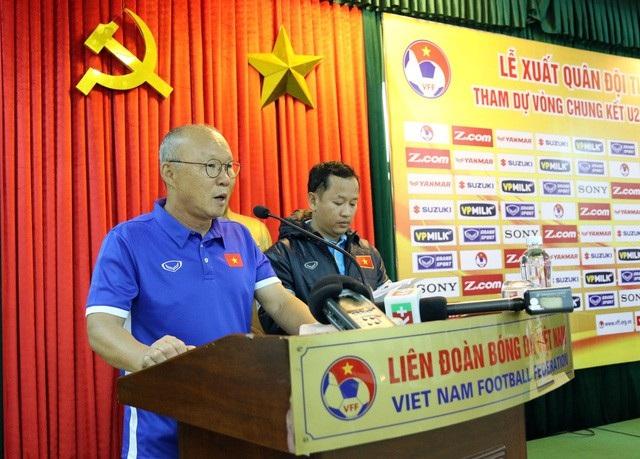 Tại lễ xuất quân tiễn đội tuyển U23 Việt Nam lên đường tham dự VCK U23 châu Á 2018, HLV Park Hang Seo (trái) thể hiện rõ quyết tâm muốn U23 Việt Nam giành kết quả tốt.