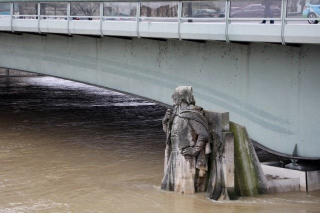 Mực nước sông Seine được dự báo sẽ đạt đỉnh vào khoảng 6,2m vào ngày 27/1, cao gấp từ 5 đến 6 lần mức bình thường. Bức tượng Zouave nằm trên một trụ cầu bắc qua sông Seine đã bị nước ngập qua đầu gối.