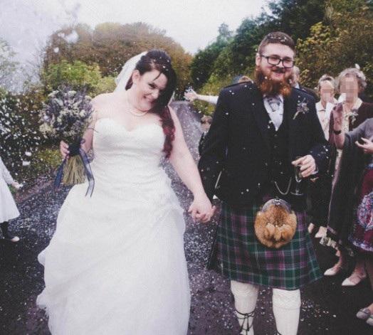 Cô dâu cười hạnh phúc là thế nhưng chỉ 13 ngày sau đã vội vã ly hôn