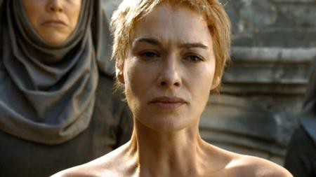 """Rất nhiều khán giả đã bị sốc khi theo dõi trường đoạn Hoàng hậu Cersei Lannister trong """"Game of thrones"""" phải trần truồng đi giữa đường phố và bị đám đông lăng nhục. Tuy nhiên, điều khiến mọi người bàng hoàng hơn nữa là nữ diễn viên Lena Headey không hề tự mình thực hiện phân cảnh này mà sử dụng thế thân để sau đó, nhà sản xuất chỉ đơn giản là ghép biểu cảm gương mặt của Lena Headey với thân thể một người khác."""