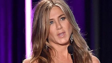 """Vai Rachel trong """"Friends"""" đã đem lại danh tiếng cho Jennifer Aniston. Tuy nhiên, trong phần phim thứ 9, đã có một tập phim mà nhân vật Rachel không phải do Jennifer Aniston thể hiện. Chẳng rõ vì lí do gì mà nhà sản xuất đã phải dùng đến thế thân trong cảnh quay này và khiến cho nhiều khán giả phải bối rối."""