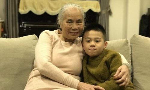 Nghệ sĩ ưu tú Ngọc Thoa và cháu ngoại.