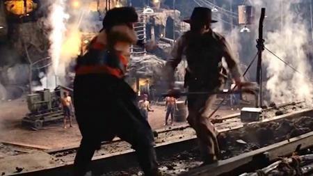 """Harrison Ford đã dính chấn thương lưng nghiêm trọng trên phim trường của """"Indiana Jones and the Temple of Doom"""". Rất may là đạo diễn Steven Spielberg đã chuẩn bị sẵn diễn viên đóng thế Vic Armstrong cho Harrison Ford. Và cảnh chiến đấu quan trọng giữa nhân vật chính với đám chiến binh Thuggee trên phim thực chất cũng cho Vic Armstrong thực hiện."""