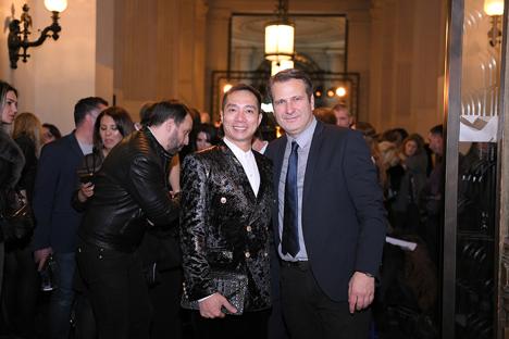 """NTK áo dài Đỗ Trịnh Hoài Nam vui vẻ chia sẻ giao lưu với những khách mời về BST áo dài """"Women in love"""" tại Paris."""