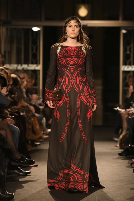 """""""Women in love"""" đã mở màn show Glam Couture trong khuôn khổ Tuần lễ thời trang Paris Fashion Week - Haute Couture 2018 danh giá bằng những màn trình diễn đầy ấn tượng. Với tông màu đỏ - đen thống trị mọi xu hướng của thời trang cùng những họa tiết được sắp xếp một cách tài tình trên chất nhung êm mịn, như vừa bước ra từ một câu chuyện cổ tích của người Á Đông."""