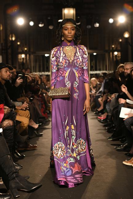 Các chi tiết thêu haute couture với phần cổ áo gồm những họa tiết dát vàng xuất hiện như những món trang sức quý giá đem lại sự lỗng lẫy đến tuyệt mĩ, làm tăng thêm bội phần vẻ đẹp quyến rũ, quyền lực.