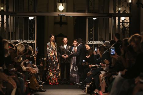 Lần đầu tiên Việt Nam có đại diện trình diễn Bộ sưu tập áo dài tại đêm diễn Glam Couture trong khuôn khổ Paris Fashion Week - Haute Couture 2018, sự kiện thu hút sự chú ý của truyền thông Pháp, giới quý tộc Pháp, những người mong muốn tìm hiểu và gần hơn nữa với thiết kế áo dài dân tộc Việt Nam.