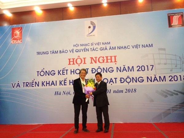 Nhạc sĩ Đỗ Hồng Quân, Chủ tịch Hội Nhạc sĩ Việt Nam tặng hoa và bằng khen cho nhạc sĩ Phó Đức Phương về những cống hiến của ông trong công tác bảo vệ quyền tác giả âm nhạc.