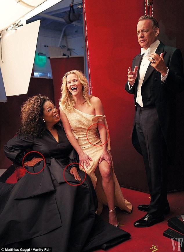 """Trong ấn bản mới nhất của tạp chí Vanity Fair, người dẫn chương trình truyền hình Oprah Winfrey đã bất ngờ có thêm """"bàn tay thứ ba"""". Cùng xuất hiện trong bức ảnh này là nữ diễn viên Reese Witherspoon và nam diễn viên Tom Hanks."""
