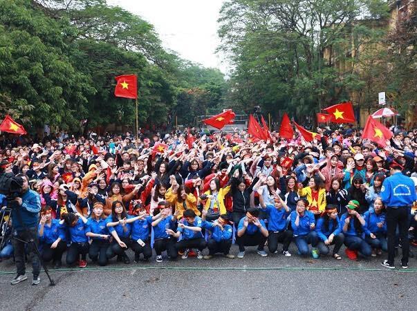 """Sinh viên Kinh tế Quốc dân sẵn sàng """"ướt"""" cùng đội tuyển U23 - 2"""