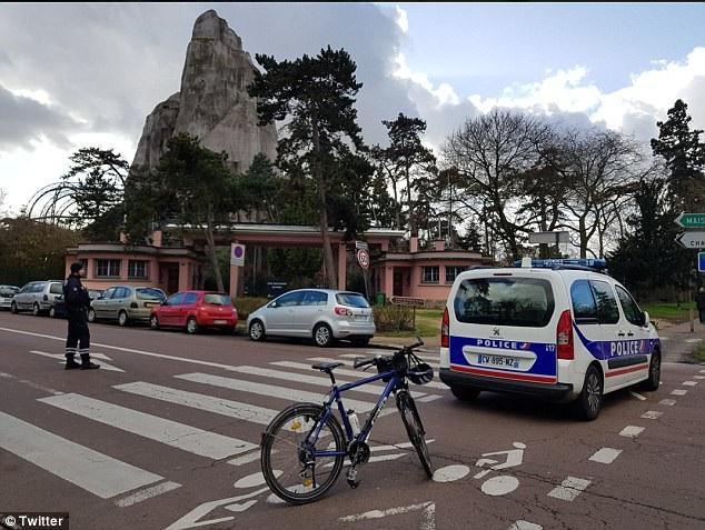 Cảnh sát có mặt ở vườn thú sau khi lệnh sơ tán khẩn cấp được triển khai để đảm bảo an toàn cho các du khách.