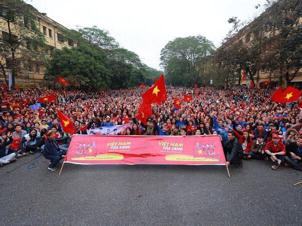 """Sinh viên Kinh tế Quốc dân sẵn sàng """"ướt"""" cùng đội tuyển U23 - 10"""