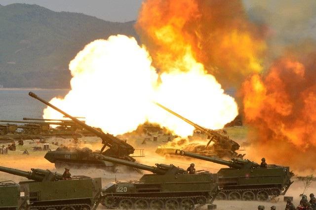 Khoảng 300 khẩu pháo đồng loạt khai hỏa trong cuộc tập trận tại Triều Tiên vào tháng 4/2017 (Ảnh: Reuters)